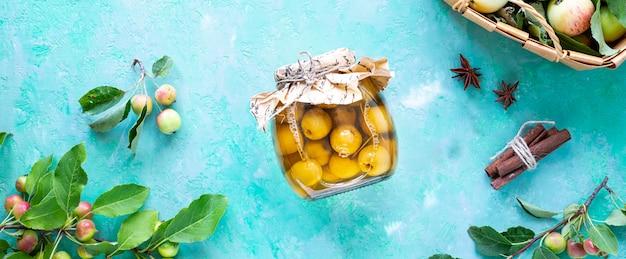 Małe rajskie jabłka jabłka w syropie cukrowym. zbiór jesiennych zbiorów. rajski dżem jabłkowy. widok z góry.
