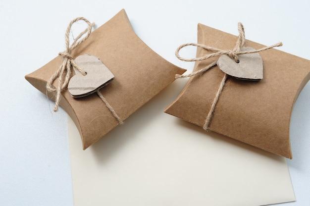 Małe ręcznie robione pudełka z papierem pakowym