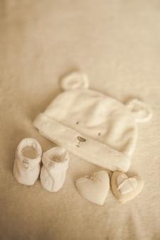 Małe ręcznie robione ubranka dla niemowląt. zdjęcie usg. ubrania dla noworodka. jedność, ochrona i szczęście