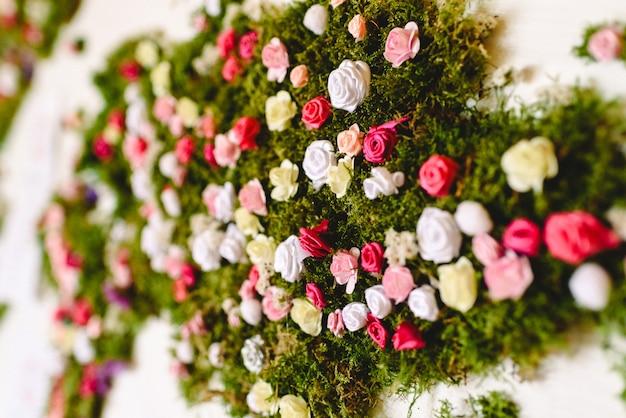 Małe róże w wielu kolorach w bukiecie dekoracji.