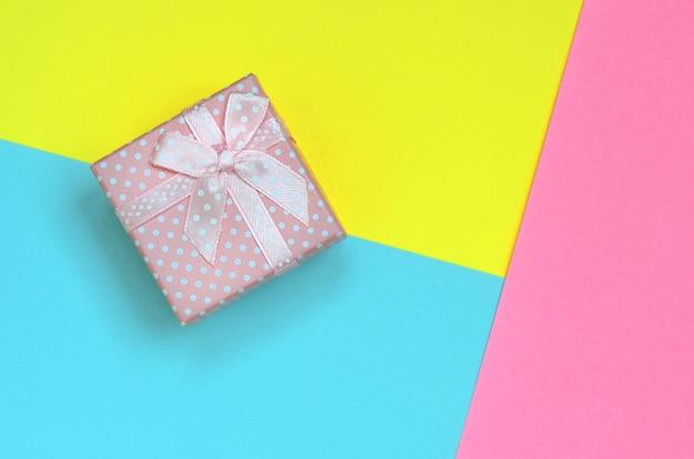 Małe różowe pudełko leżą na kolorowe tekstury