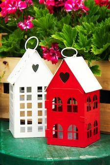 Małe słodkie domy ogrodowe z kształtem serca windows w ogrodzie z