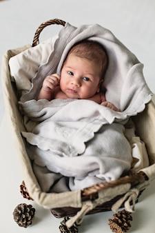 Małe słodkie dziecko w pudełku