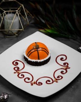 Małe słodkie owalne ciasto ozdobione czekoladą