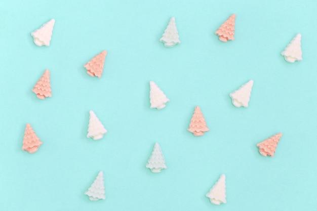 Małe słodkie pianki w kształcie choinek