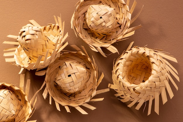 Małe słomkowe czapki używane do ozdób festa junina na brązowo