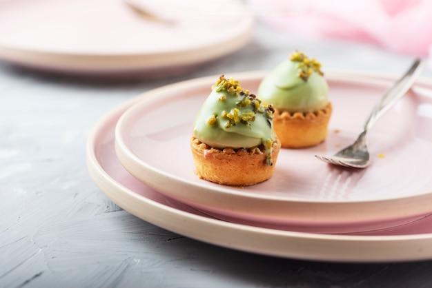 Małe smaczne ciasta z musem pistacjowym