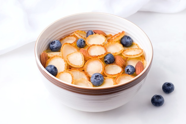 Małe śniadanie zbożowe naleśnikowe z jagodami