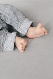 Małe stopy noworodka z miejsca na kopię, koncepcja szczęśliwych rodziców