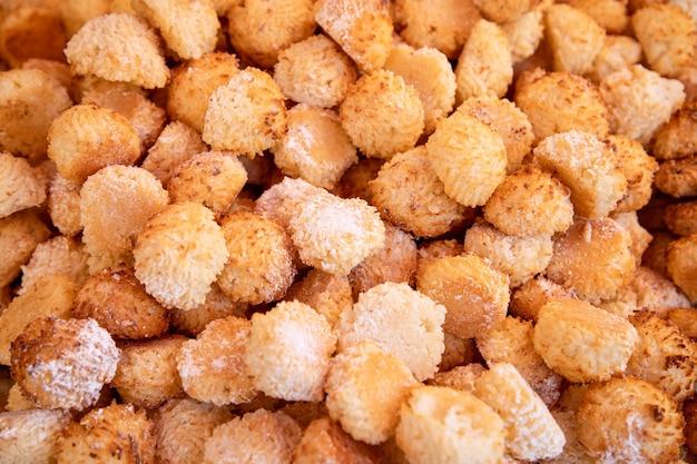 Małe włoskie ciasteczka kokosowe w cukrze pudrze. coconut macaroons