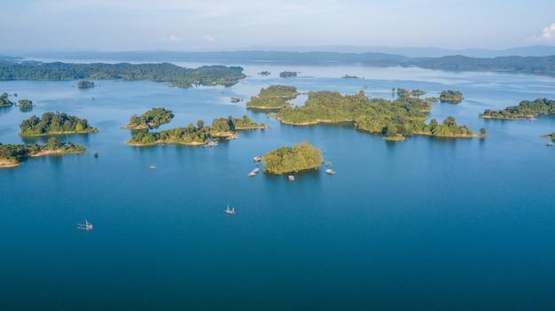 Małe wyspy z zielonym drzewem krajobraz