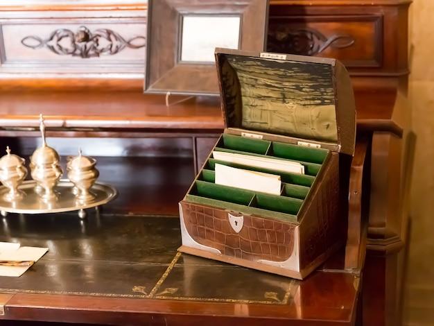 Małe zabytkowe pudełko z literami na drewnianym stole
