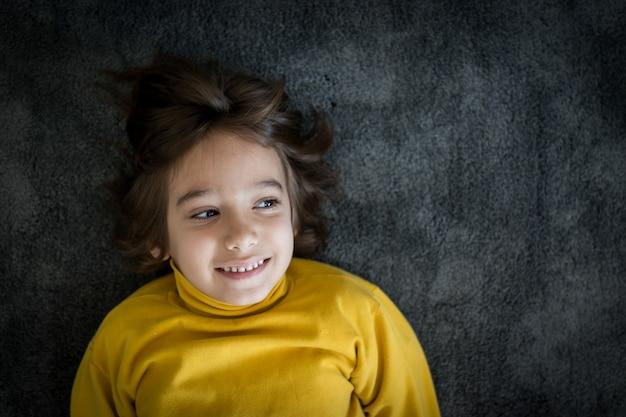 Małego ślicznego chłopiec uśmiechnięty portret