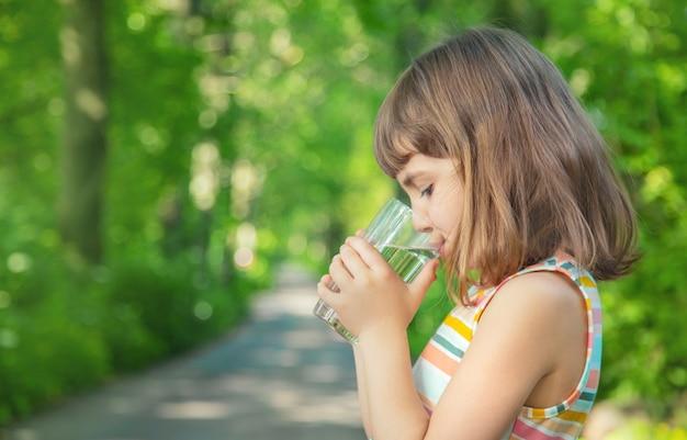 Małej dziewczynki woda pitna od szkła