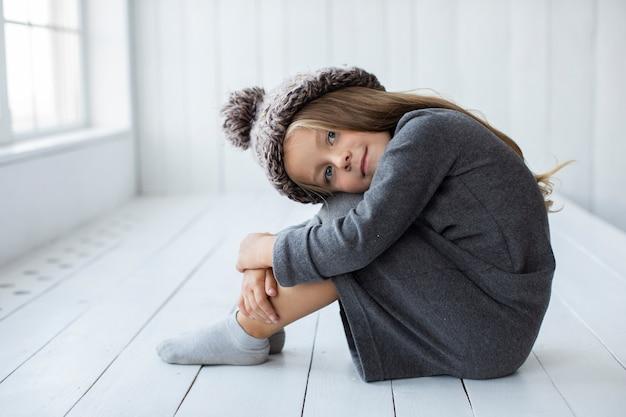 Małej dziewczynki wzorcowa pozuje moda