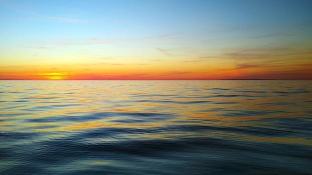Maleńki wielokolorowy zachód słońca nad morzem