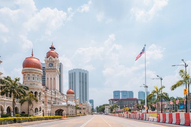 Malezja, kuala lumpur - widok na panoramę miasta i dataran merdeka, historyczne miejsce w mieście.
