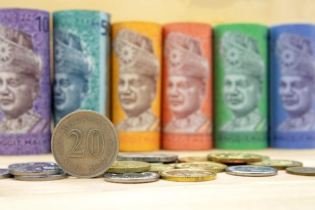 Malezyjscy ringgit banknoty na drewnianym stole