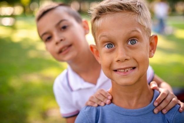 Mali chłopcy robią głupie miny przed kamerą