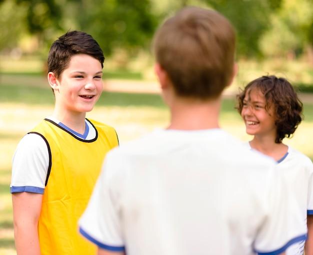 Mali chłopcy rozmawiają o swoim meczu
