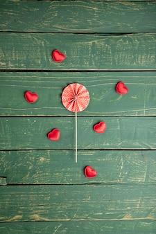 Mali serca na zielonym drewnianym stole
