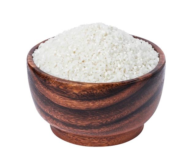 Mali zdruzgotani ryż w drewnianym pucharze odizolowywającym na bielu