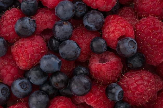 Malina i jagoda. makro świeżych jagód organicznych. tło owocowe.