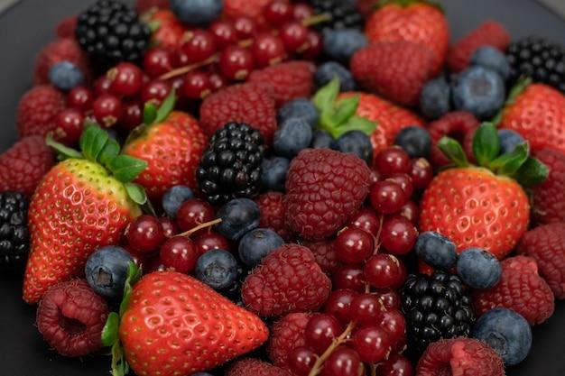 Malina, jeżyna i jagoda tło. świeże jagody z bliska.