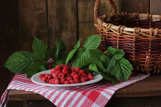 Malina na talerzu, martwa natura z jagodami.