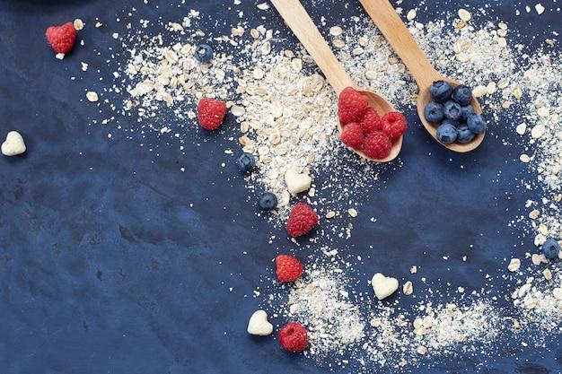 Maliny i jagody na niebieskim tle