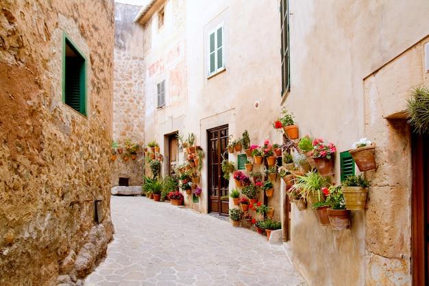 Mallorca valldemossa typowy z kwiatów garnkami w fasadzie