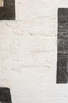 Malowana betonowa ściana