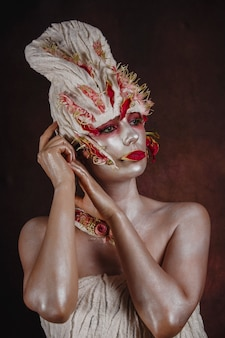 Malowana kobieta z fantazyjną fryzurą