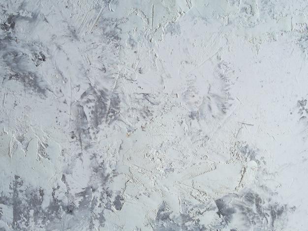 Malowana na biało faktura z pociągnięciami pędzla i noża paletowego dla ciekawych i nowoczesnych środowisk