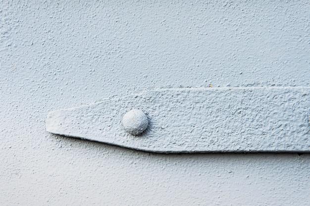 Malowana na szaro metalowa ściana