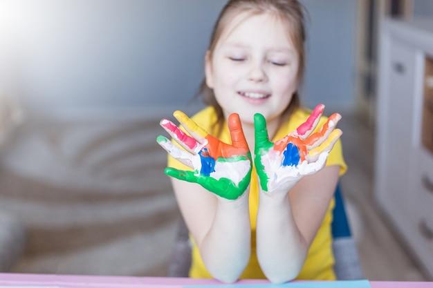 Malowane dziewczyny palce. rysowanie w domu. gry i rozrywka dla dzieci podczas wakacji