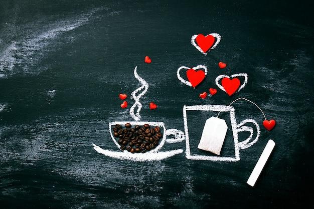 Malowane filiżanki kawy i herbaty na starym chalkboard. miłość czy vale
