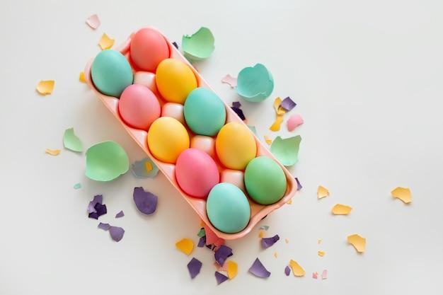 Malowane kolorowe jajka na tacy na wielkanoc
