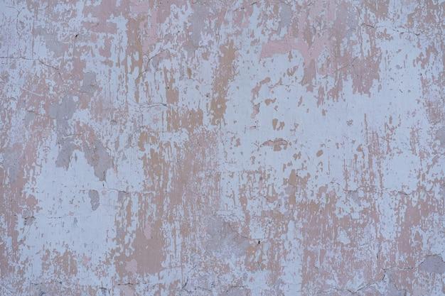 Malowane na białym tle stary popękany zardzewiały metal.