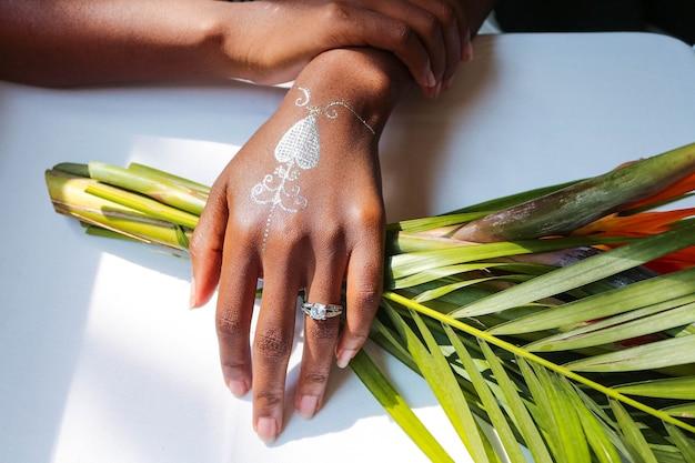 Malowane ręce kobiety
