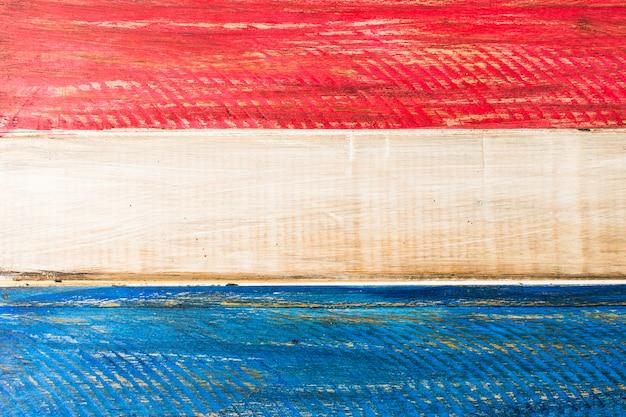 Malowane usa czerwony i niebieski kolor na drewnianej desce