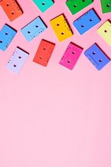 Malowane wielokolorowe kasety audio na różowo
