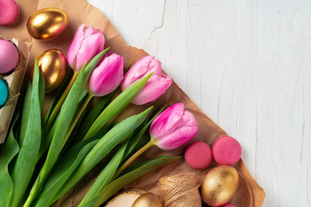 Malowani wielkanocni jajka w eggbox z świeżymi tulipanami zamykają up