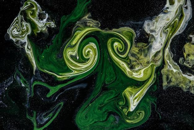 Malowanie abstrakcyjne techniką płynną.