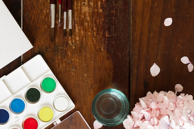 Malowanie akwareli i pędzli w miejscu pracy