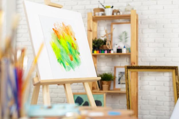 Malowanie dostaw pędzli i sztalug, miejsce pracy artysty.