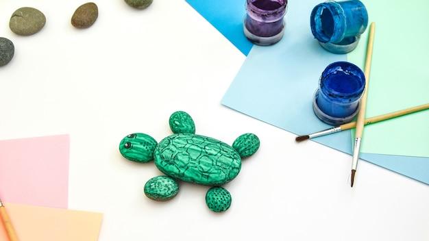 Malowanie kamiennego zielonego żółwia na kamieniu krok po kroku