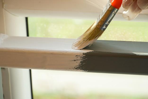 Malowanie konstrukcji metalowych białą farbą za pomocą pędzla