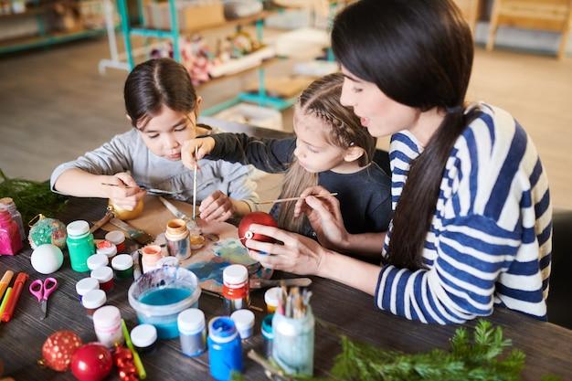 Malowanie ozdób choinkowych dla dzieci