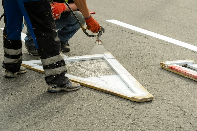 Malowanie oznaczeń drogowych